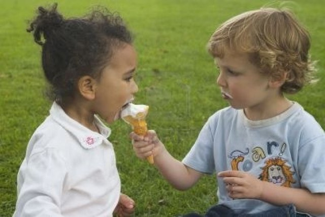 boy-and-girl-share-an-ice-cream-cone